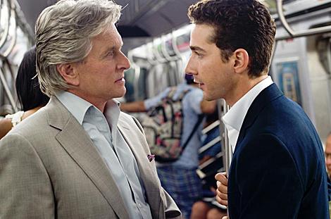Michael Douglas y Shia La Boeuf, en la segunda parte de 'Wall Street'.