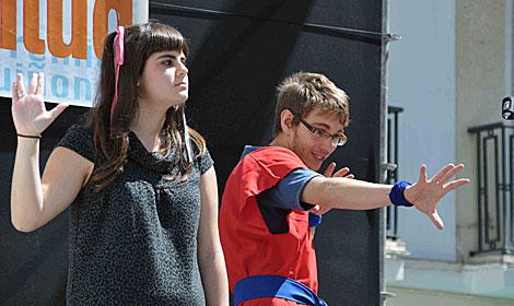 Dos jóvenes participantes sobre el escenario. | Cata Zambrano