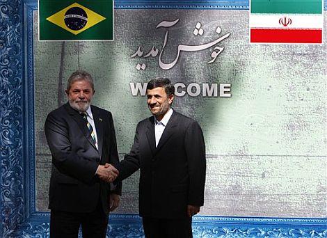 Ahmadineyad estrecha la mano a Lula a su llegada a Teherán. | AP