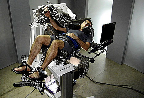 Un ingeniero de Sener prueba la silla . | El Mundo