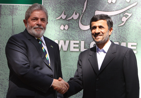 Lula da Silva saluda a Ajmadineyad, en Teherán. | Afp