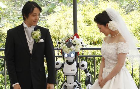 La pareja, durante la ceremonia, celebrada en un restaurante de Tokio. | Reuters