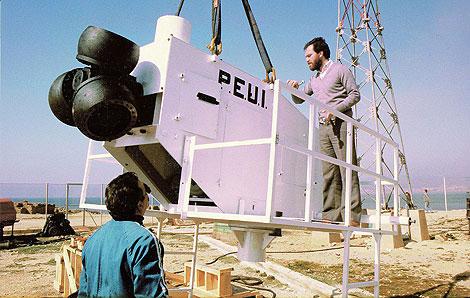 Imagen de los trabajos de montaje del PEUI-10-1 levantado en la bahía de Palma