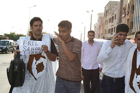 Sghayer sostiene un cartel en el que se puede leer Sahara Libre a su salida de la cárcel. | E. Calvo