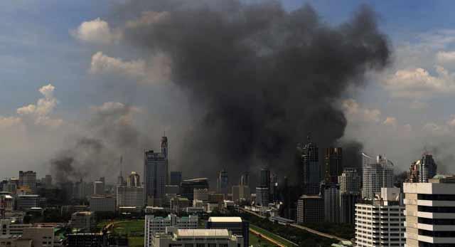 Una intensa nube de humo, provocada por las acciones de las 'camisas rojas', sobre Bangkok. | Afp