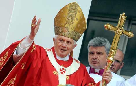 El Papa saluda a sus fieles en su reciente visita a Oporto. | Efe