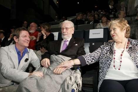 García Berlanga (c) junto a su esposa y su hijo. | ZIPI