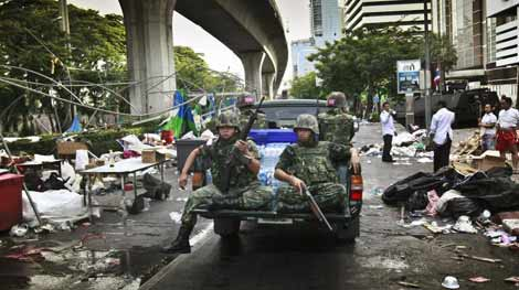 Militares tailandeses patrullan las calles de Bangkok. | Ap