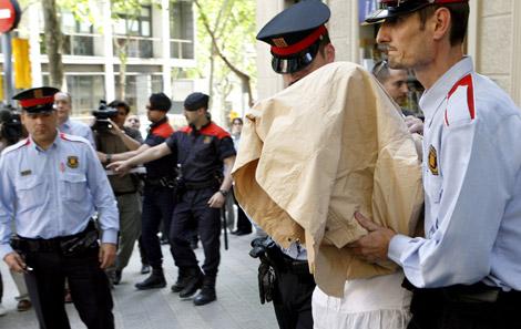 La detenida sale del domicilio tras el registro. | Efe | Toni Garriga