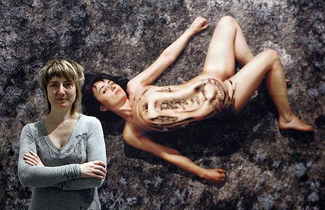 La artista palentina Marina Núñez en la exposición 'Demasiado Mundo'. | J. Cuéllar