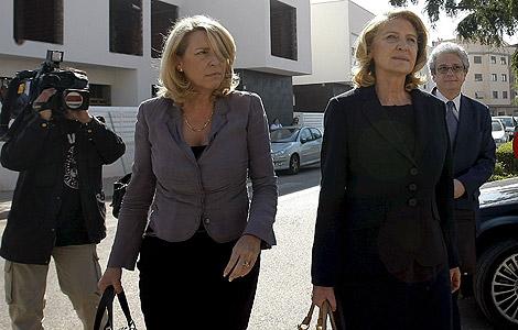 María Amparo Fernández (dcha), acompañada por su hermana al juzgado. | Efe