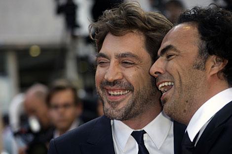El director González Iñárritu (d) y Javier Bardem llegan este domingo a la entrega de premios.   AP