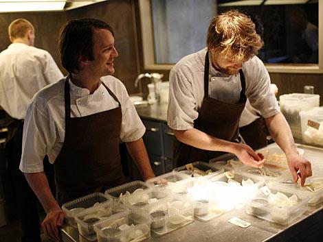 Renè Redzepi (izda.) en la cocina de Noma. | Reuters