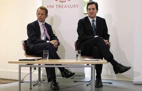 George Osborne (dcha.) y David Laws, en el Ministerio del Tesoro. | Reuters
