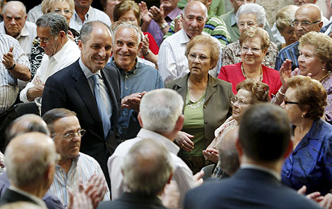 Francisco Camps, a su llegada al acto con personas mayores. | Efe