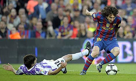 El azulgrana Messi se marcha de un jugador del Valladolid en la última jornada de Liga. | AFP