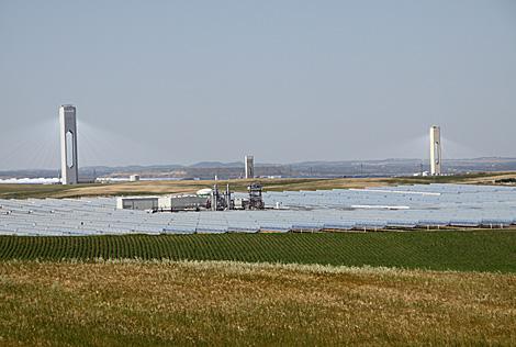 Vista de las instalaciones de Abengoa en Sanlúcar la Mayor.   EM