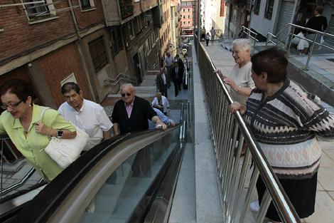 Vecinos de Uribarri utilizan las escaleras mecánicas el día de su puesta en marcha. | Mitxi