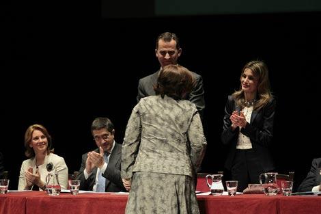 Los Príncipes de Asturias, López y Quiroga aplauden a una de las premiadas. | Mitxi