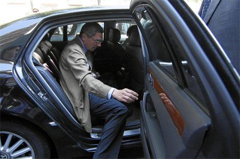El alcalde de Madrid, Alberto Ruiz-Gallardón, saliendo de su vehículo actual. | ELMUNDO.es