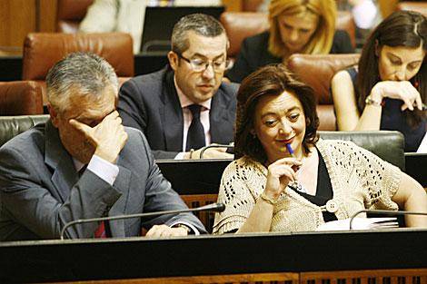 El presidente de la Junta se tapa la cara durante el pleno. | Esther Lobato
