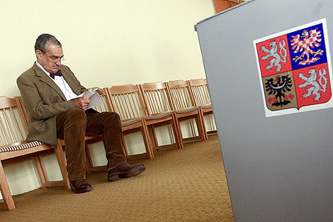 Karel Schwarzenberg, sentado en un colegio electoral de Sykorice. | Reuters