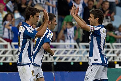 Aramburu felicita a Xabi Prieto tras su gol. | Justy