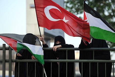 Manifestantes turcas en contra del ataque israelí. | Afp