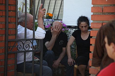 Los familiares de la víctima desolados tras el suceso. | Fernando Ruso