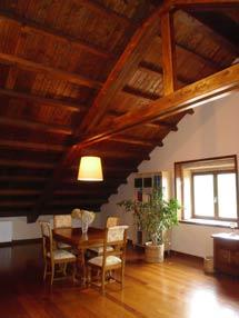 Salón en la planta superior de El Mirlo Blanco, en Catoira, dedicada a vivienda de los propietarios del pazo. | M. F.