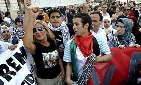 Cristina Soler (izq.), madre del periodista retenido por Israel, en Valencia.   Efe