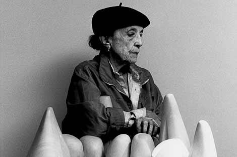 Bourgeois, junto a su escultura 'Eye to Eye 1970' en el Guggenheim de Nueva York. | AP