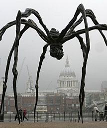Una de sus famosas arañas. | AP