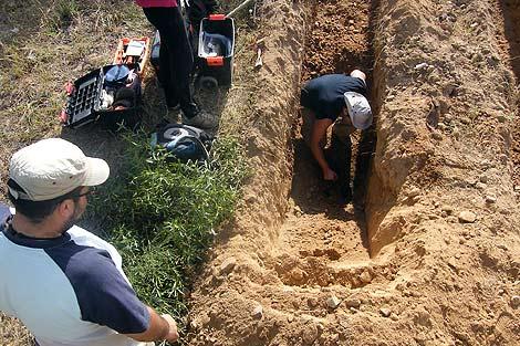 Aparecen restos humanos de una fosa en una finca de Castillejo de Martín Viejo. | Ical