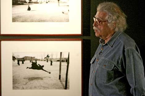 Masats junto a dos de sus fotos, en una imagen de archivo.   Jose Ayma