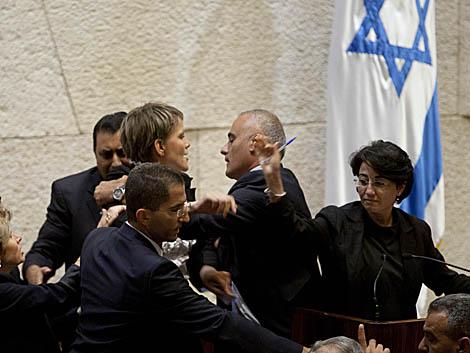 Diputados judíos y árabes se enzarzan en una pelea en el Parlamento israelí. | Ap