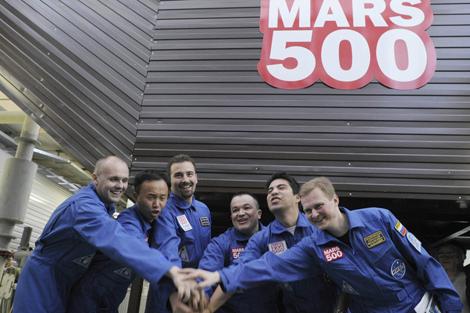 La tripulación de misión 'Mars500' antes de entrar en el módulo.   Reuters