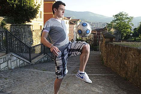 Ibai Gómez juega con un balón. | Patxi Corral