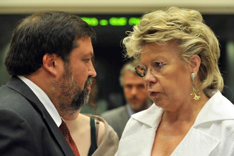 Caamaño y Reding antes de la reunión en Bruselas. | Afp