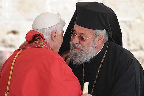 El Papa saluda al arzobispo ortodoxo griego. | Afp