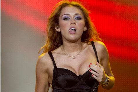 Miley Cyrus, durante un momento de la actuación. | Efe