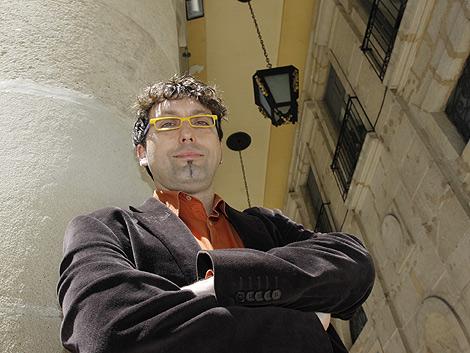 El escritor Carles Cortés en la fachada del Teatro Principal de Alicante. | Roberto Pérez