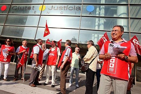 Protesta sindical a las puertas de la Ciudad de la Justicia | Efe