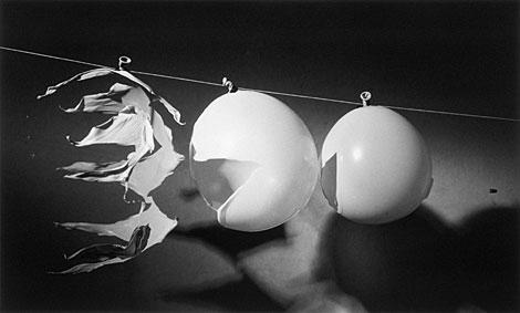 Bala atravesando tres globos, 1959. | Palm Press. Edgerton Foundation