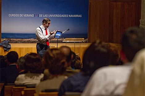 Pedro J. Ramírez, director de EL MUNDO, en Pamplona con un iPad en sus manos. (Foto: I. A.)