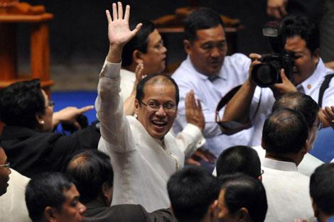 Benigno Aquino celebra su nombramiento por las dos Cámaras filipinas.   Afp