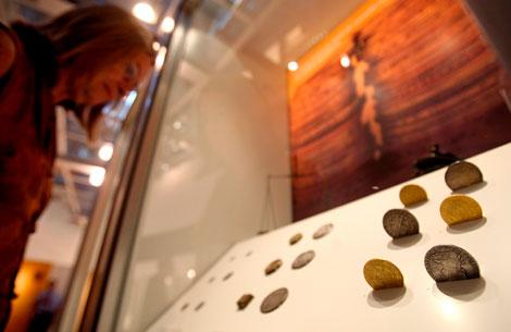Una visitante en la muestra 'La moneda falsa'. | Efe