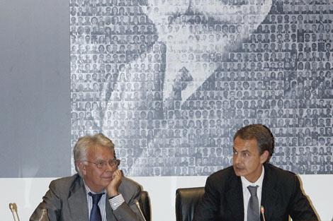 Felipe González y José Luis Rodríguez Zapatero, en el acto homenaje a Pablo Iglesias. | Efe