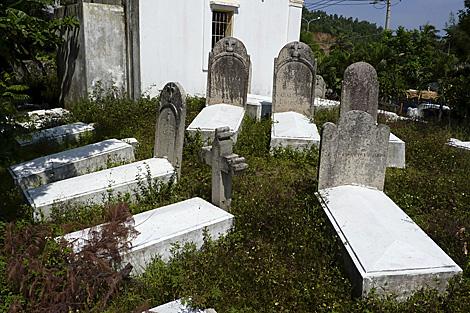 Cementerio franco-español en el centro de Vietnam, abandonado entre la maleza. | Efe