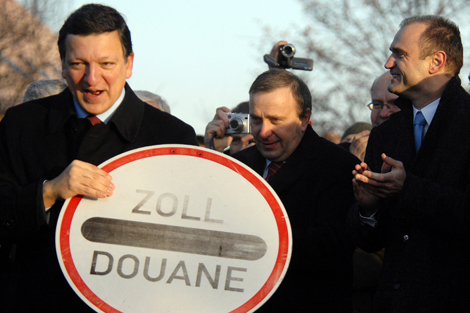Durão Barroso, retirando una señal de la frontera entre Polonia y Alemania en 2007.   Afp